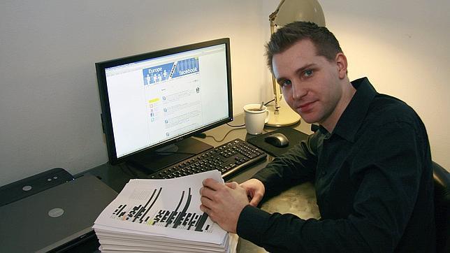 El estudiante austríaco de derecho Max Schrems con los 1222 folios que Facebook había almacenado sobre sus datos privados